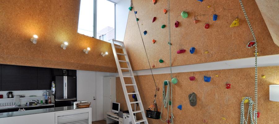 """ボルダリング壁のある空間 """"アウトドア仕様""""で 家でもキャンプ気分"""