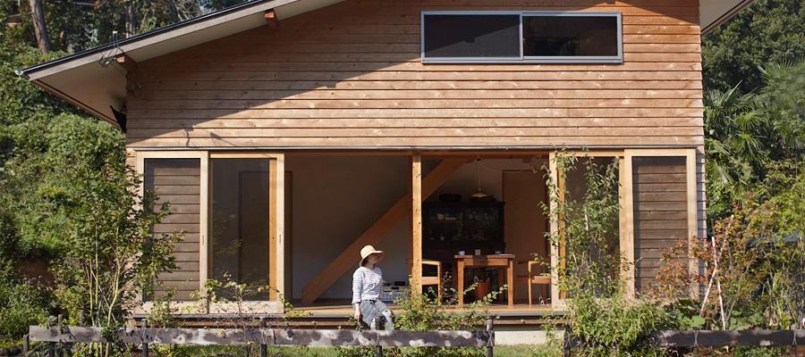 自然との調和を味わう 木の温もりと、手づくりのあたたかさ。 自然に溶け込む、山小屋風の家。