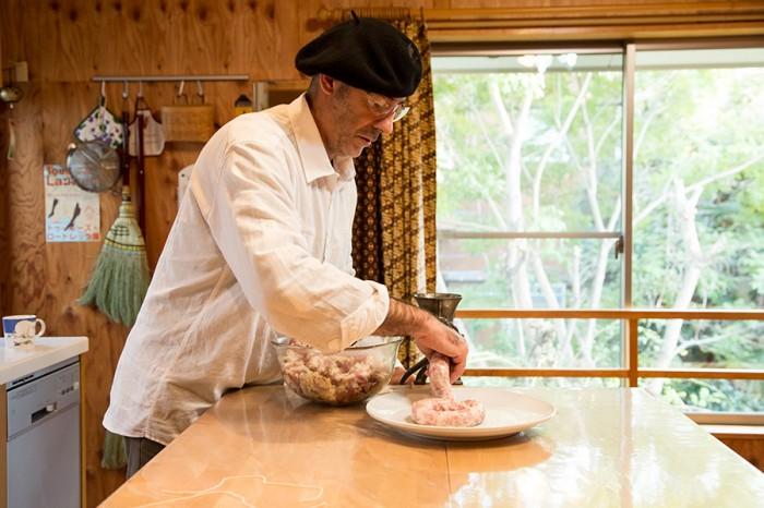 仕込んでおいたソーセージの種を腸詰めにするジャックさん。キッチンからも緑が見渡せる。
