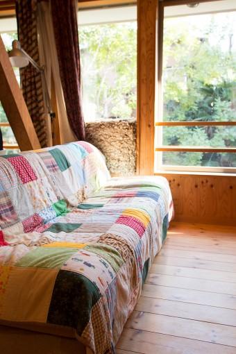 パッチワークが温かい雰囲気。手作りのソファーカバー。