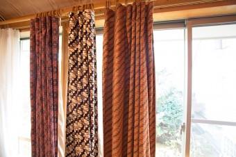 1枚ずつ柄の違うバティックをカーテンに。裏には遮光の生地も取り付けた。