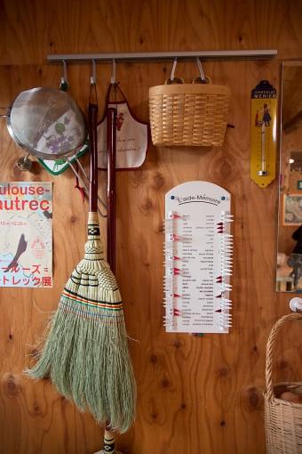 買い物の記憶ボードなど、フランスで買った小物が粋。右端の玉ねぎは、天気の良い日はかごに入れたまま外に出し、甘みを増加させる。