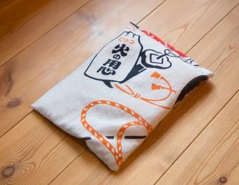 パイン材の床は、左写真のほうきで掃き、米ぬかを入れたこの袋で磨く。「掃除機の音を気にせず気の向いたときにできて、柔らかいパイン材の床を傷つける心配がないので」