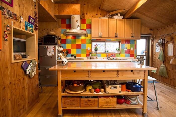 温かくてカラフルなキッチン。使い勝手とデザイン、コストでイケアを選択。