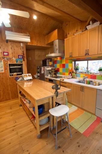 木の素材が床や壁面になじむ。アイランドは収納にも活用。