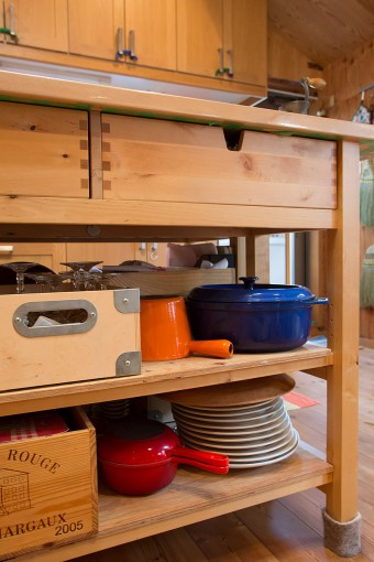 フリマで買ったル・クルーゼの鍋もインテリアの一部。
