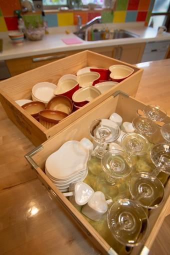 ワインの箱などを食器入れに。そのままテーブルに持ち運べて便利。