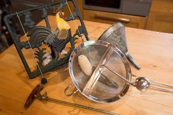 ビネガー作りの器具や、レシピの本立てなど。すべてフランスのアンティーク。