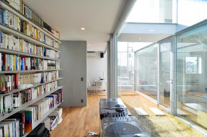 奥のスペースも含め、本は4000冊ほど。棚には手前と奥で単行本が2冊収まる。中庭の向こう側がLDK。