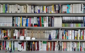 Kさんの好きなシリーズものが本棚で幅を占める。