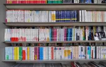 漱石や谷崎など文豪の小説は文庫で揃っている。他にも思想、文化、社会系のものなどジャンルは幅広い。
