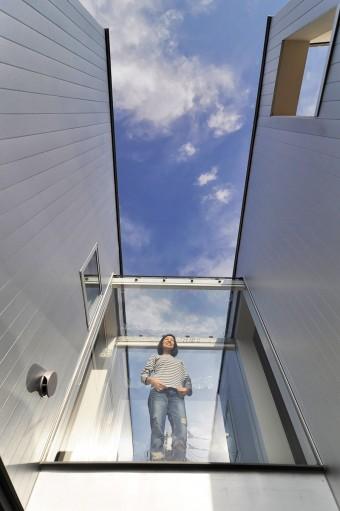 3階の渡り廊下の奥さん。「夜中に、天井のガラスを通して星を見るのが好き」という。