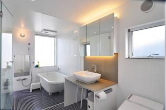 3階浴室。以前に見た賃貸物件で気に入った浴室と同じように、置き型のバスタブと濃いブルーのタイルにした。