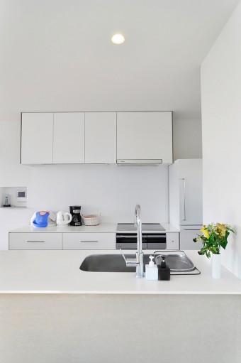 広くて使いやすいというキッチンは白で統一。収納の取っ手は、無印良品の冷蔵庫と揃えた。