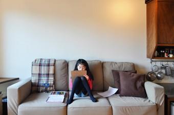 お絵描き中の下のお嬢さん。ソファも大人向けの落ち着いた色合い。