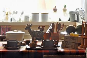 おいしい紅茶が飲めそうなティーカップ&ソーサーと小鹿の 置物は貯金箱。