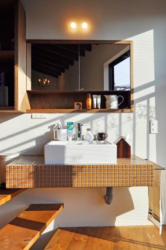 2階テラス前の化粧台も大人向けの落ち着いた色合いのタイルを使用。