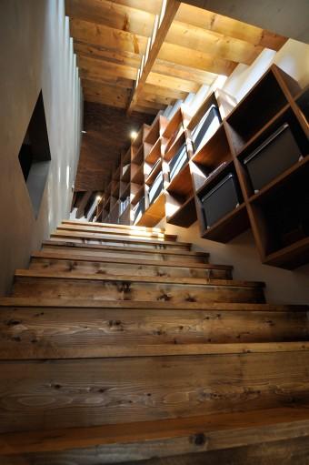 2階へと昇る階段。ドタドタと駆け降りてもびくともしないどっしり頑丈なつくりだ。