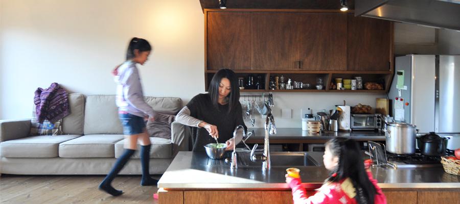 """""""開かれた家""""を目指して キッチンがメインで 雑貨屋さんスペースも"""