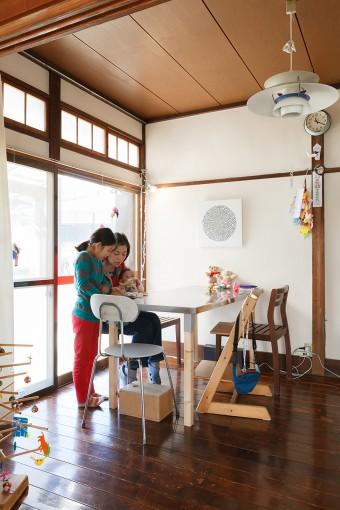 ダイニングスペースは食事だけでなく、時には打ち合わせスペースとしても使用している。