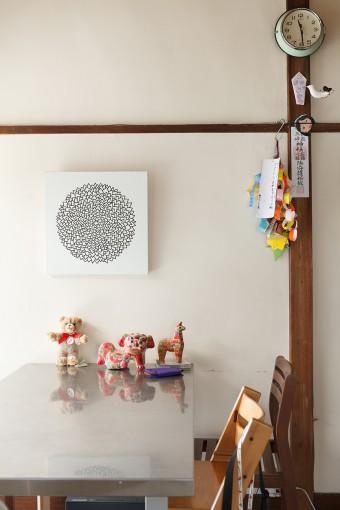 壁にかける絵、小物の刺し具合で昭和建築を楽しんでいるのがわかる。