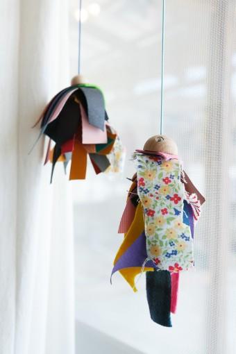 商品制作の過程で生まれた端材でつくった飾りは、子供たちとつくったもの。
