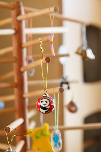 ツリーの飾りも子供と一緒にアレンジしたもの。既製品にはないユニークさが部屋を明るくしている。