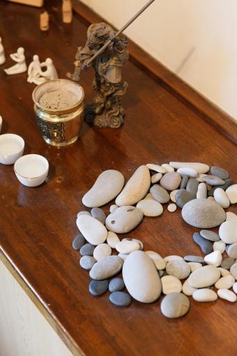 稲村ヶ崎の海で拾った石をオブジェに。工夫次第でインテリアは面白くなる。