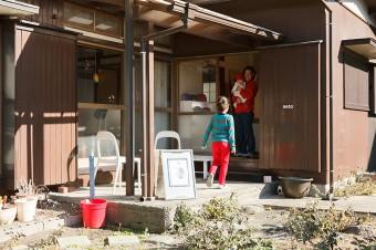 BBQや屋外ホームパーティーが楽しめる広い庭。今後はこの空間のアレンジに家族で挑戦。