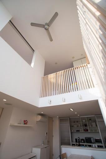 3階まで吹き抜けで、各スペースにドアがないひとつながりの空間。天井には、空気を対流させる扇風機が。