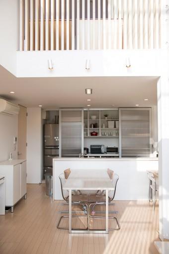 冷蔵庫や食器類を隠すため、キッチンのバックセットには引戸が必要だった。戸を閉めるとキッチンの存在感が薄れワンルームに。