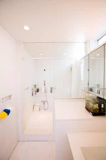 バスルームも一体型。この手前にあるトイレにもドアはない。上部の横長の窓から光も差し込み、水廻りの空間の閉塞感から解放。