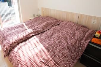 主寝室はベッドを主体としたシンプルな造り。右側にクローゼットがある。