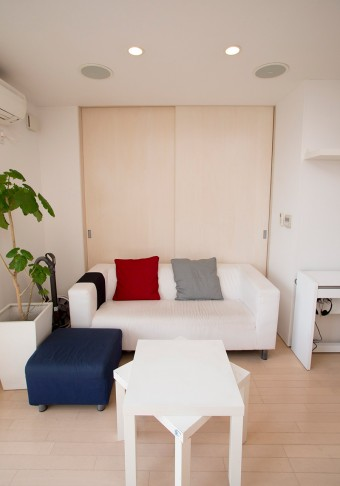 IKEAの家具でシンプルにまとめられたリビング。天井にはBOSEのスピーカーを埋め込んだ。