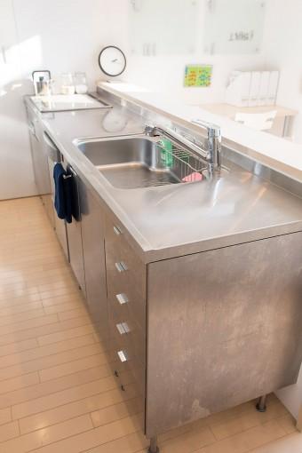 ステンレス製のシャープなキッチン。取っ手などもいろいろなバリエーションから選べるのもIKEAの魅力。