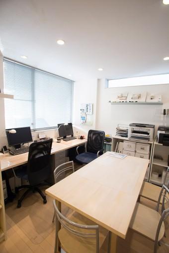 1階の事務所にもIKEAを活用。事務所兼自宅としたことで、「家族との時間も増えたし、効率もあがった」という。