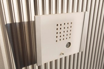 IKEAのフォトフレームをインターフォンカバーに。外壁の素材感ともうまくマッチ。