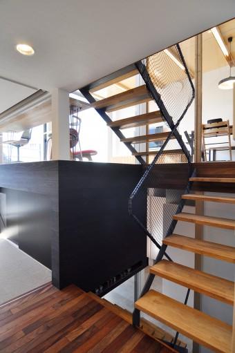 スキップフロアにしたため、視線が抜ける。黒い部分は収納。 視線の抜けと収納が多いのもこの家の特徴だ。