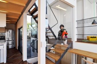 階段室とLDK を仕切る戸はキッチンの奥へまで移動できる。