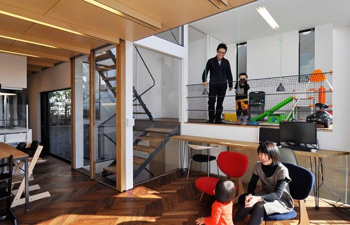 階段室の前に戸がある状態。最初のプランから、「格好いいだけでなく、動線や収納もよく考えられていて良い家ができる」と感じた林さんは、竣工までの1年間、多いときはほぼ毎日という高頻度でブログに家づくりのプロセスを綴り続けたという。