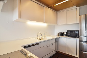 キッチンは床・天井以外、白で統一されている。