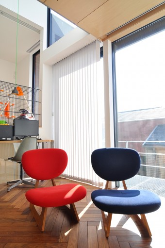 長大作デザインの低座椅子はこの2色に張り地を張り変えた。その後ろにあるのはヴィンテージもののシェルチェア。