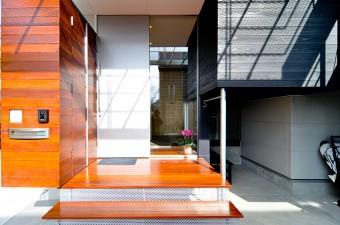 玄関周り。この家の特徴を表すようにさまざまな素材と色が 使用されている。
