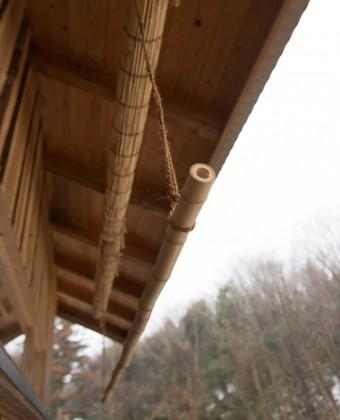 麻紐で吊るした物干し竿の竹が、この家のチャームポイントに。
