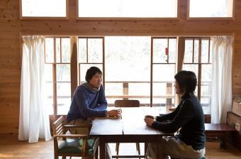 仕事の合間に、益子の焼物でゆうこさんと静かなお茶の時間を楽しむ。