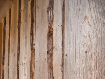 家を建てるために切った杉を、製材所で加工してもらい、外壁に使用。
