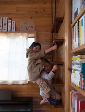 6歳のとわちゃん、3歳のさわちゃん。上手にハシゴを登り降りする。