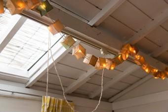 パリのクリエイター、ツェツェのキュービストライト。紙製のキューブに柔らかい光がともる。