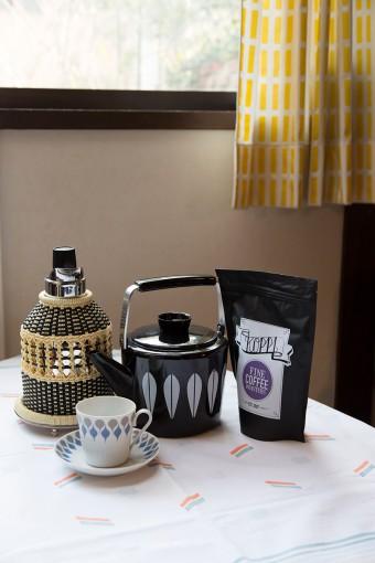 TVポットと呼ばれる魔法瓶を使って、1日に何杯もコーヒーを飲むのが北欧流。北欧のコーヒーがお気に入りで渡欧のたびに買ってくる。ケトルはキャサリンホルム。