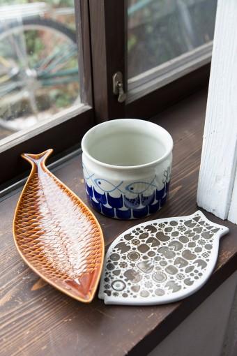 ロールストランドのニシンの酢漬けポットに、ボルシュグルンのチーズボード。魚型の皿はスティグ・リンドベリのデザインによる、グスタフスベリ社製。北欧には魚モチーフの器も多い。